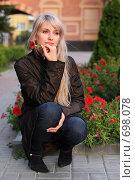 Купить «Задумчивая девушка с цветком в руке», фото № 698078, снято 15 августа 2008 г. (c) Константин Исаков / Фотобанк Лори
