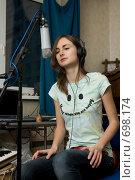 Купить «Девушка в наушниках записывает песню», фото № 698174, снято 1 декабря 2008 г. (c) Elena Rostunova / Фотобанк Лори