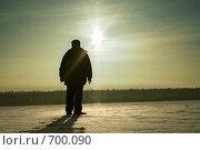 Купить «Человек на снежном поле», фото № 700090, снято 9 января 2008 г. (c) Михаил Ушаков / Фотобанк Лори