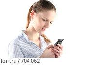 Купить «Девушка набирает sms на мобильном телефоне», фото № 704062, снято 24 января 2009 г. (c) Наталья Белотелова / Фотобанк Лори