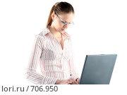 Купить «Задумчивая девушка с ноутбуком», фото № 706950, снято 24 января 2009 г. (c) Наталья Белотелова / Фотобанк Лори