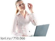 Купить «Рассеянная девушка в очках с ноутбуком за работой», фото № 710066, снято 24 января 2009 г. (c) Наталья Белотелова / Фотобанк Лори
