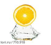 Купить «Ломтик свежего апельсина в воде на белом фоне», фото № 710918, снято 31 октября 2008 г. (c) Мельников Дмитрий / Фотобанк Лори