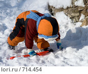 Ребенок в комбинезоне упал на четвереньки. Стоковое фото, фотограф Возмилова Светлана / Фотобанк Лори