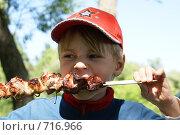 Купить «Ребенок ест шашлык», фото № 716966, снято 7 июня 2008 г. (c) Виктор Водолазький / Фотобанк Лори