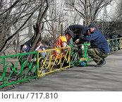 Купить «Рабочие-маляры красят  заборчик», эксклюзивное фото № 717810, снято 3 апреля 2008 г. (c) lana1501 / Фотобанк Лори