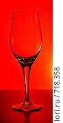 Купить «Бокал на красном фоне», фото № 718358, снято 4 февраля 2009 г. (c) Никончук Алексей / Фотобанк Лори