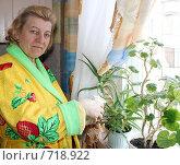 Купить «Ухаживает за растениями», фото № 718922, снято 13 февраля 2009 г. (c) Анна Боровикова / Фотобанк Лори