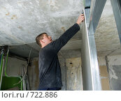 Мужчина делает подрезку подрезку гипсовой плиты (2009 год). Редакционное фото, фотограф Сергей Седых / Фотобанк Лори