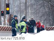 Купить «Усиленный наряд ДПС у пешеходного перехода», эксклюзивное фото № 725810, снято 3 мая 2006 г. (c) Сайганов Александр / Фотобанк Лори