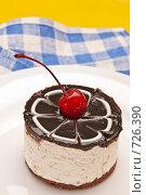 Купить «Пирожное с вишенкой», фото № 726390, снято 7 февраля 2009 г. (c) Кравецкий Геннадий / Фотобанк Лори