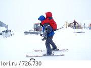 Инструктор с мальчиком на спине (2008 год). Редакционное фото, фотограф Эдуард Финовский / Фотобанк Лори