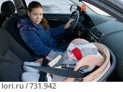 Мама сидит в автомобиле рядом с ребенком, который спит в автокресле. Стоковое фото, фотограф Кекяляйнен Андрей / Фотобанк Лори