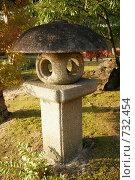 """Каменный фонарь в саду Коко-эн (""""Девять садов""""). Химэдзи, Япония (2007 год). Стоковое фото, фотограф Просенкова Светлана / Фотобанк Лори"""
