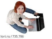 Купить «Девушка с ноутбуком на полу, смотрит в камеру», фото № 735786, снято 12 апреля 2007 г. (c) Марианна Меликсетян / Фотобанк Лори