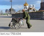 Купить «Мужчина везет инвалидную коляску около Храма Христа Спасителя», эксклюзивное фото № 750634, снято 31 мая 2008 г. (c) lana1501 / Фотобанк Лори