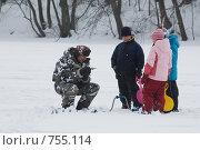 Рыбак в окружении детей. Зима. Подледная рыбалка (2009 год). Редакционное фото, фотограф Alexander Mirt / Фотобанк Лори