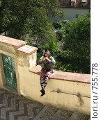 Прага. Мужчина в шутовском наряде играет на свирели. Редакционное фото, фотограф Ирина Борсученко / Фотобанк Лори