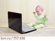Купить «Маленькая девочка изучает ноутбук», фото № 757930, снято 16 июня 2019 г. (c) Александр Fanfo / Фотобанк Лори