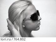 Купить «Девушка в солнцезащитных очках», фото № 764802, снято 17 августа 2018 г. (c) Татьяна Дигурян / Фотобанк Лори