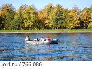 Лодка на реке золотой осенью (2008 год). Редакционное фото, фотограф Александра Яксон / Фотобанк Лори
