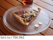 Купить «Кусок пиццы на блюде и евро-центы», фото № 766962, снято 10 января 2009 г. (c) Gagara / Фотобанк Лори
