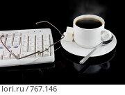 Купить «Чашка горячего кофе, компьютерная мышь, фрагмент клавиатуры», фото № 767146, снято 3 февраля 2009 г. (c) Vitas / Фотобанк Лори