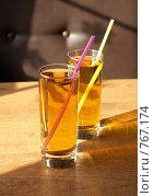 Купить «Два стакана яблочного сока», фото № 767174, снято 8 февраля 2009 г. (c) Vitas / Фотобанк Лори