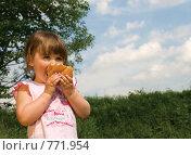 Девочка на прогулка ест булку (2007 год). Редакционное фото, фотограф Ольга Харламова / Фотобанк Лори