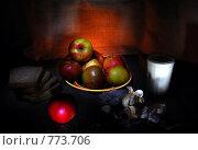 Чеснок, молоко, яблоки, хлеб на столе. Стоковое фото, фотограф Татьяна Vikkerkaar / Фотобанк Лори