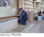 Купить «Работник ГИБДД выписывает штраф», эксклюзивное фото № 776318, снято 18 мая 2008 г. (c) lana1501 / Фотобанк Лори
