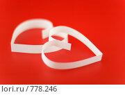 Купить «Белые  сердца на красном  фоне», фото № 778246, снято 23 января 2009 г. (c) Vitas / Фотобанк Лори