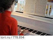 Купить «Женщина играет на пианино», фото № 778894, снято 24 января 2018 г. (c) Losevsky Pavel / Фотобанк Лори