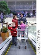Купить «Семья в магазине», фото № 778986, снято 22 июля 2019 г. (c) Losevsky Pavel / Фотобанк Лори