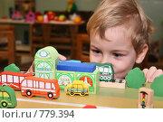 Мальчик играет железной дорогой. Фокус на игрушке, фото № 779394, снято 19 сентября 2017 г. (c) Losevsky Pavel / Фотобанк Лори