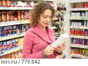 Купить «Девушка в магазине», фото № 779842, снято 17 июня 2019 г. (c) Losevsky Pavel / Фотобанк Лори