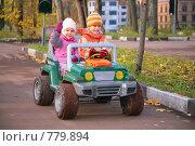 Купить «Мальчик с девочкой на электромобиле», фото № 779894, снято 20 января 2019 г. (c) Losevsky Pavel / Фотобанк Лори