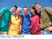 Купить «Молодые люди в разноцветных футболках», фото № 780014, снято 18 сентября 2019 г. (c) Losevsky Pavel / Фотобанк Лори
