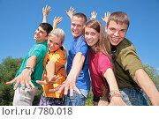 Купить «Молодые люди в разноцветных футболках», фото № 780018, снято 18 сентября 2019 г. (c) Losevsky Pavel / Фотобанк Лори