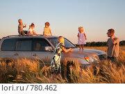 Купить «Родители с детьми на автомобиле в пшеничном поле», фото № 780462, снято 19 октября 2018 г. (c) Losevsky Pavel / Фотобанк Лори