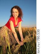 Купить «Молодая женщина держит колоски пшеницы», фото № 780530, снято 10 декабря 2019 г. (c) Losevsky Pavel / Фотобанк Лори