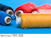 Купить «Разноцветные катушки ниток на голубом фоне», фото № 787358, снято 7 января 2005 г. (c) Кравецкий Геннадий / Фотобанк Лори