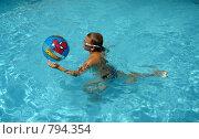 Играющий с мячом мальчик (2008 год). Редакционное фото, фотограф Елена Реднева / Фотобанк Лори