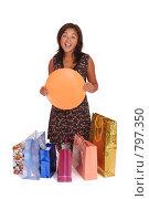 Купить «Счастливая девушка с баннером для сообщения среди покупок», фото № 797350, снято 29 августа 2007 г. (c) Vdovina Elena / Фотобанк Лори