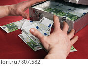 Купить «Руки человека алчно тянутся к деньгам», фото № 807582, снято 13 апреля 2009 г. (c) Игорь Соколов / Фотобанк Лори