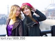 Купить «Две девушки  на набережной Москвы весной», фото № 809350, снято 14 апреля 2009 г. (c) Павкина Зоя / Фотобанк Лори