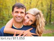 Купить «Влюбленная пара в осеннем парке», фото № 811050, снято 18 декабря 2018 г. (c) Losevsky Pavel / Фотобанк Лори