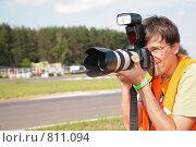 Купить «Фотограф на шоссе, фокус на объективе», фото № 811094, снято 14 декабря 2017 г. (c) Losevsky Pavel / Фотобанк Лори