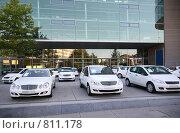 Купить «Автомобили у здания», фото № 811178, снято 18 января 2019 г. (c) Losevsky Pavel / Фотобанк Лори