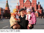 Купить «Дедушка с внуком и внучкой на Красной площади», фото № 811646, снято 22 марта 2019 г. (c) Losevsky Pavel / Фотобанк Лори